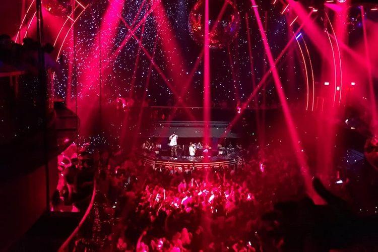 Tampilan dance floor, lampu-lampu sorot klub, serta layar raksasa LED berukuran 8K dari lantai tiga klub malam Marquee Singapore ketika DJ Showtek memainkan musik EDMnya, Minggu dini hari (28/4)
