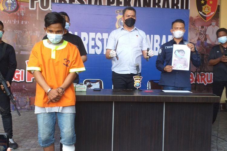 Polresta Pekanbaru mengadakan konferensi pers pengungkapan kasus pembunuhan dengan satu orang tersangka berinisial MU (28), Rabu (28/7/2021).