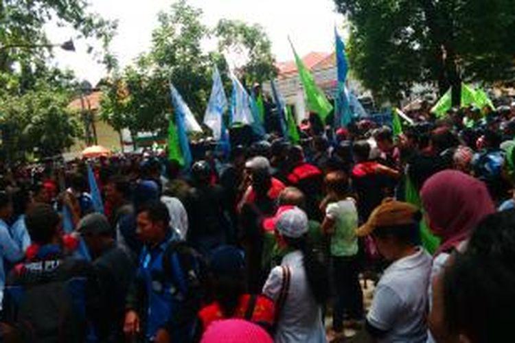 Ribuan buruh di Bandung saat melakukan aksi unjuk rasa menuntut kenaikan upah menjadi Rp 2,7 Juta di depan kantor Wali Kota Bandung, Jalan Wastukencana, Bandung, Jawa Barat, Senin, (18/11/2013)