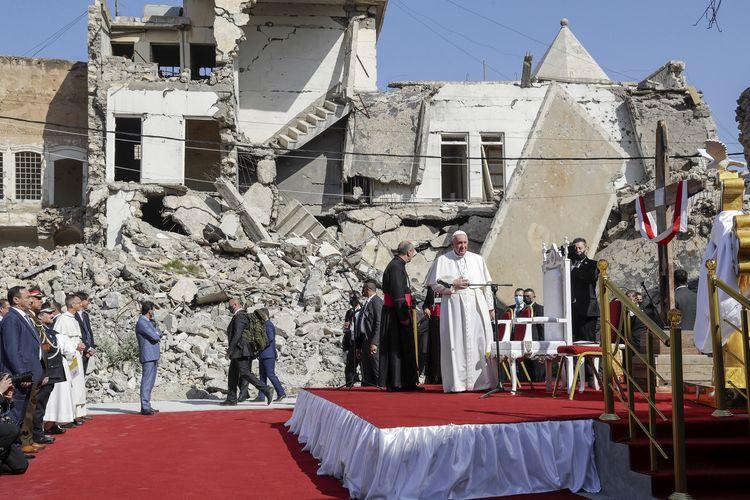 Paus Fransiskus, dikelilingi oleh reruntuhan gereja, mendoakan bagi korban perang di Lapangan Gereja Hosh al-Bieaa di Mosul, Irak, dulunya adalah ibu kota de facto ISIS, pada 7 Maret 2021.