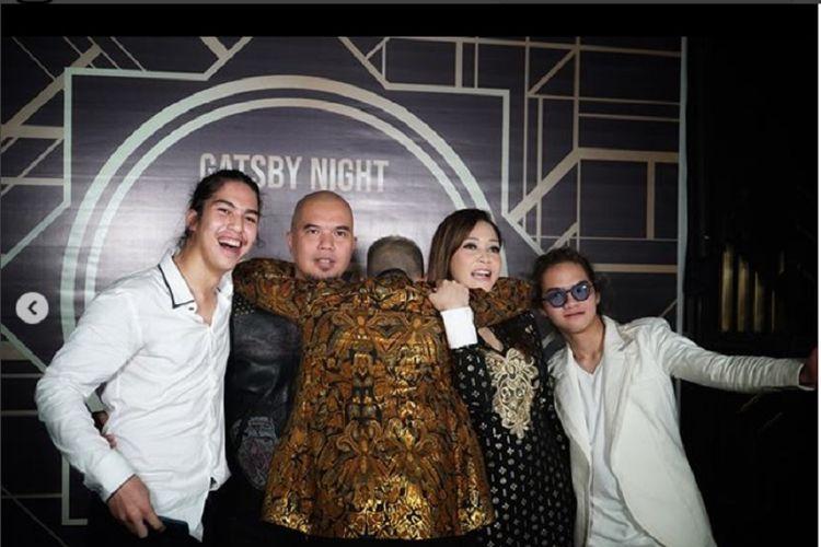 (Dari kiri) El Rumi, Ahmad Dhani, Al Ghazali (membelakangi kamera), Maia Estianty, dan Dul Jaelani pada perayaan ulang tahun Al pada Sabtu (1/9/2018).