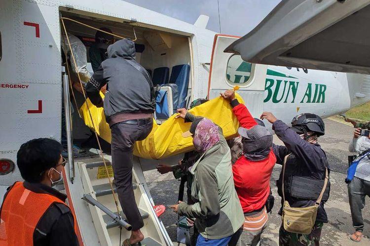 Proses evakuasi jenazah Serka Sahlan ke Nabire, Intan Jaya, Papua, Jumat (18/9/2020)