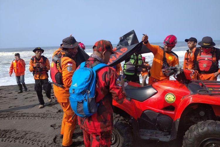 Tim SAR Gabungan Berhasil Mengevakuasi Satu Korban Terseret Ombak Pantai Goa Cemara, Bantul, Sabtu (8/8/2020)