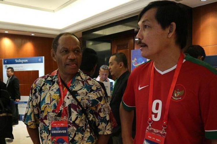 Rully Nere dan Ricky Yacobi tengah berbincang jelang Kongres PSSI di Hotel Aryaduta, Bandung, Sabtu (7/1/2017).
