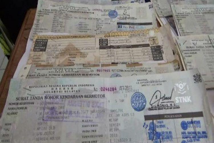 Petugas pajak di kantor samsat Majene buron ke kalimnatan setelah menggelapkan dana pajak kendaraan. Pelaku mengambil surat kendaraan dan dana milik korban namu ia tidak mengurus surat kendaraannya.