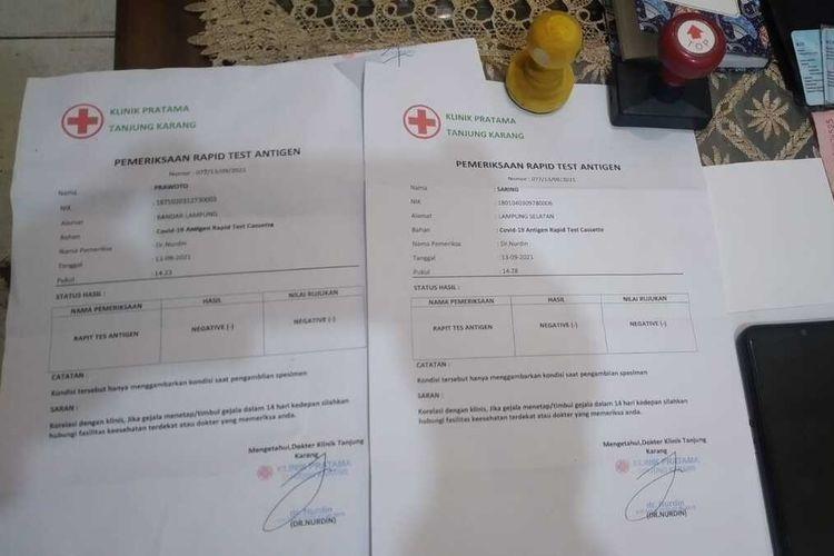 Kasus pemalsuan surat antigen di Lampung, empat pemuda pelakunya ditangkap aparat Polsek Tanjung Senang. Salah satu pelaku merupakan adik pemilik travel lokasi mereka digerebek.