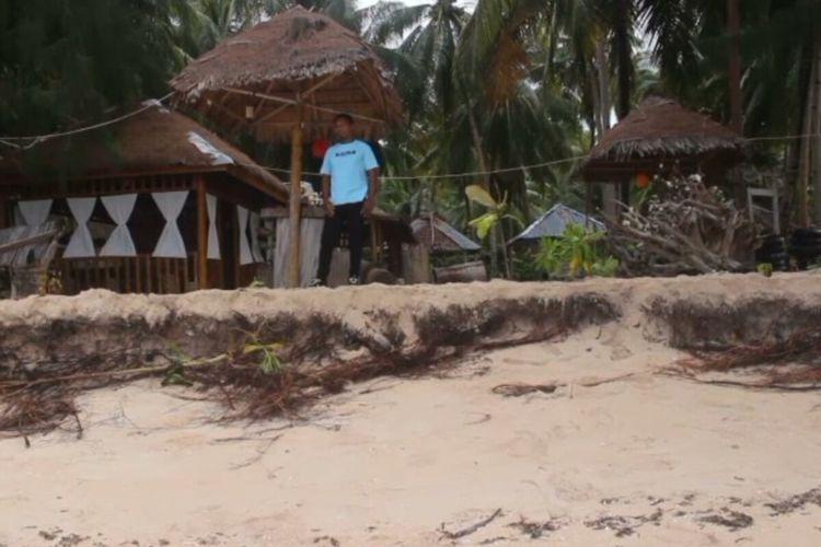 Lokasi pantai wisata pantai cemara Desa Waha, Kecamatan Wangi-wangi kabupaten wakatobi, Sulawesi tenggara, rusak akibat abarasi yang diterjang cuaca buruk.