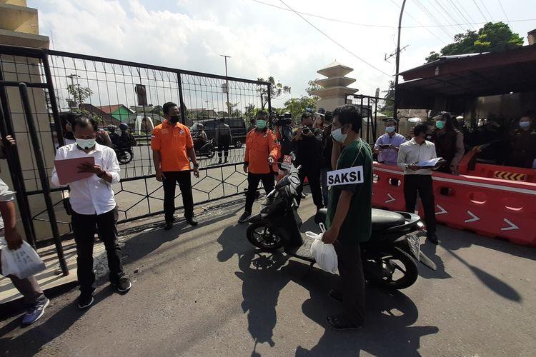 Adegan Rekonstruksi Bandiman Mengirim Sate ke Rumah Tomi di Mapolres Bantul Senin (7/6/2021)