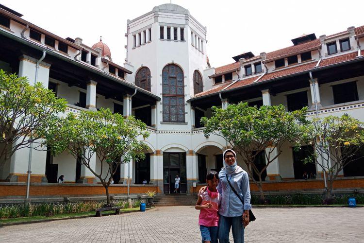 Wisatawan sedang berfoto berlatarkan keindahan bangunan arsitektur Eropa, di Lawang Sewu, Semarang, Rabu (28/3/2018).