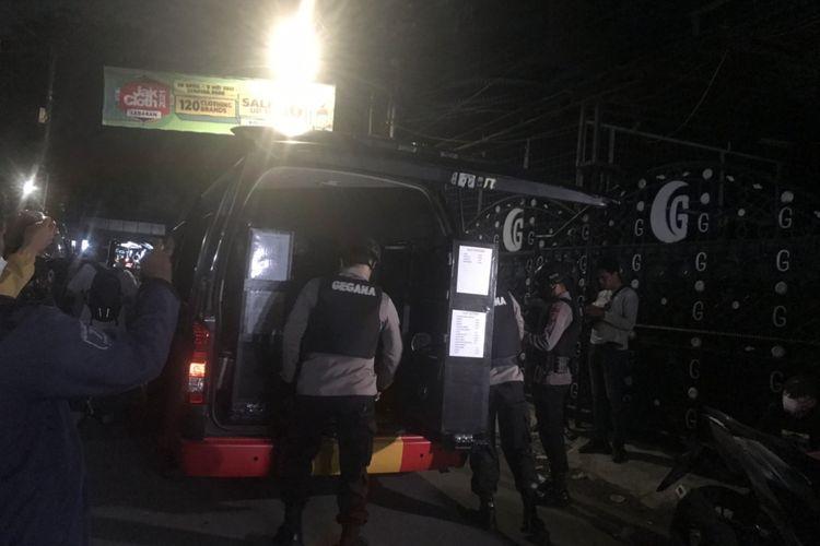 Satu Mobil Gegana diterjunkan di lokasi penggeledahan di Petamburan, Selasa (27/4/2021)