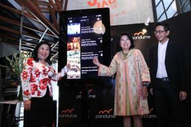 Co-founder dan CEO Pandume Evy Tjahyono, Menteri Pariwisata dan Ekonomi Kreatif Mari Elka Pangestu, dan Roy Prawira, Co-founder dan COO Pandume saat peluncuran aplikasi Pandume di Jakarta, Rabu (16/4/2014)