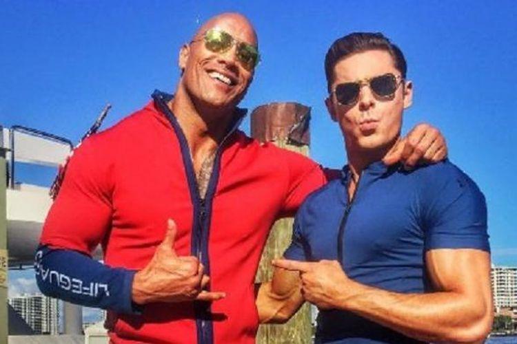 Aktor Dwayne Johnson (The Rock) dan Zac Efron di lokasi shooting film Baywatch.