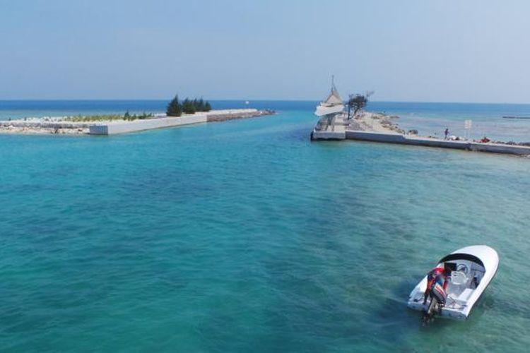 Pemandangan laut dari atas Jembatan Cinta di Pulau Tidung, Pulau Seribu, DKI Jakarta.