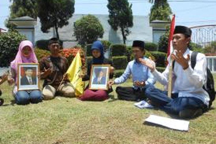 Santri dan aktivis PMII Cabang Demak, saat doa bersama di depan Kantor DPRD Demak, agar Presiden Jokowi memenuhi janjinya saat kampanye, 1 Muharam ditetapkan sebagai Hari Santri Nasional,  Jumat ( 24/10/2014)