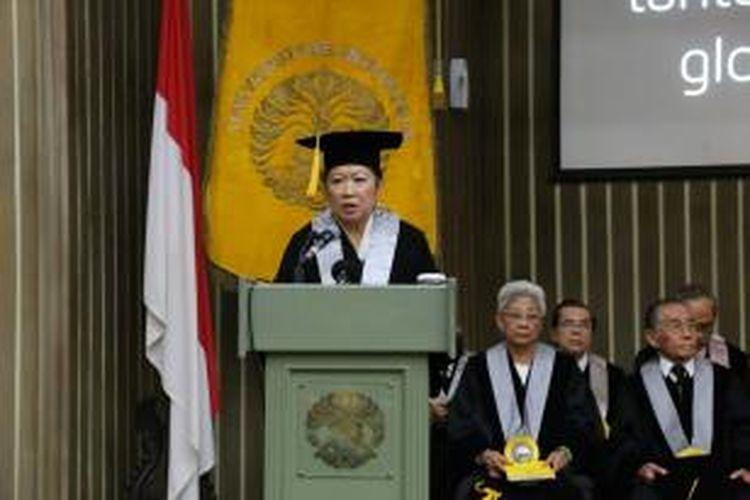 Mari Elka Pangestu dalam pengukuhannya sebagai Guru Besar bidang Ekonomi Internasional, Fakultas Ekonomi dan Bisnis Universitas Indonesia di Balai Sidang UI, Depok, Sabtu (8/8/2015).