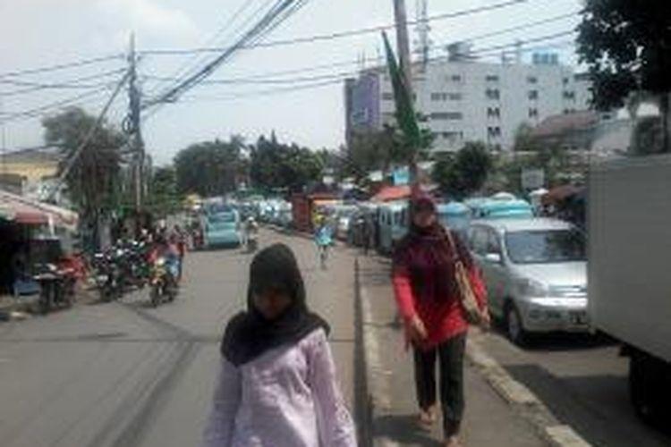 Para penumpang angkutan yang terpaksa turun akibat macet parah, di Jl.K.S Tubun, Jakarta, Rabu (31/7/2013). Rekayasa lalu lintas Tanah Abang yang bertepatan dengan puncak belanja jelang lebaran, hanya menggeser sejumlah titik kemacetan.