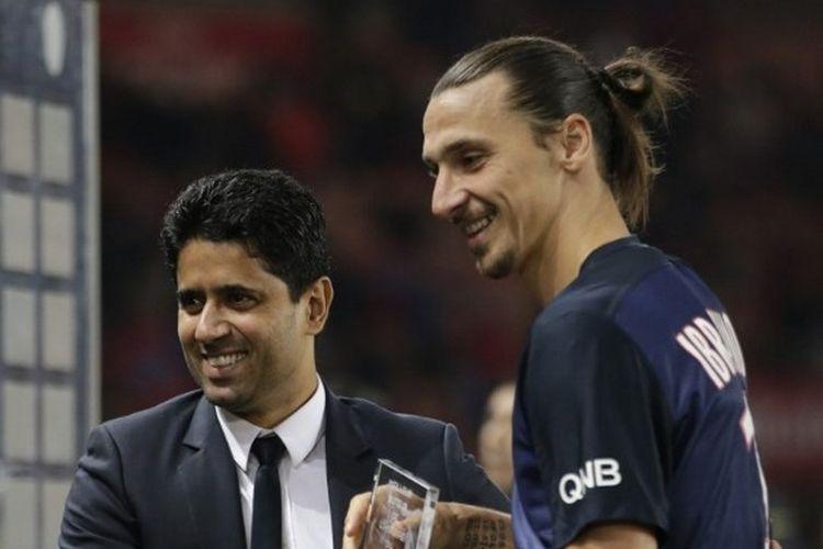 Nasser Al-Khelaifi saat memberikan penghargaan Striker Terbaik PSG kepada Zlatan Ibrahimovic di Stadion Parc des Princes, 4 Oktober 2015.
