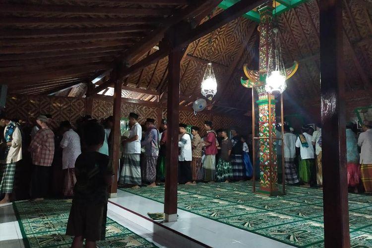 Umat Islam pengikut Aboge bersalaman sesuau shalat Idul Adha di Masjid Saka Tunggal, Desa Cikakak, Kecamatan Wangon, Kabupaten Banyumas, Jawa Tengah, Selasa (13/8/2019).