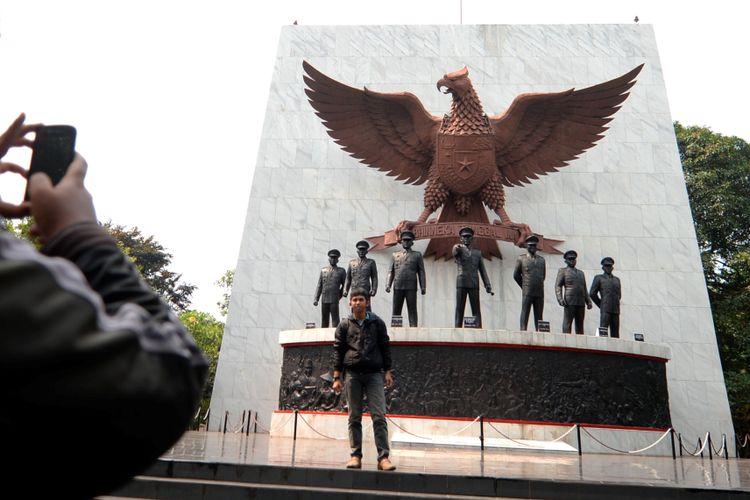 Warga mengunjungi Monumen Pancasila Sakti di kawasan Lubang Buaya, Cipayung, Jakarta Timur, Selasa (30/9/2014). Monumen tersebut dibangun untuk menghormati para Pahlawan Revolusi yang gugur dalam peristiwa Gerakan Tiga Puluh September atau G-30-S/PKI pada 1965.
