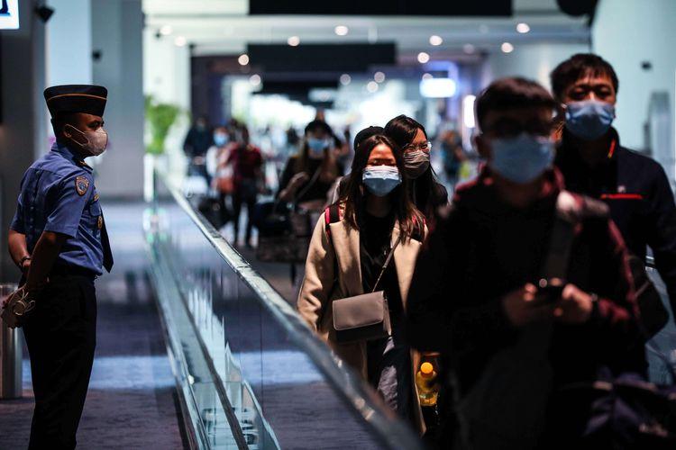 Petugas keamanan bandara berjaga saat wisatawan asal China baru mendarat di Terminal 3 Bandara Soekarno-Hatta, Selasa (28/1/2020). Saat ini ada sekitar 40.000 penumpang keberangkatan dan kedatangan internasional yang hilir mudik ke Bandara Soekarno-Hatta. Data terakhir mencatat wabah Corona sudah menjangkiti 4.500 orang dan menewaskan 106 orang di China.