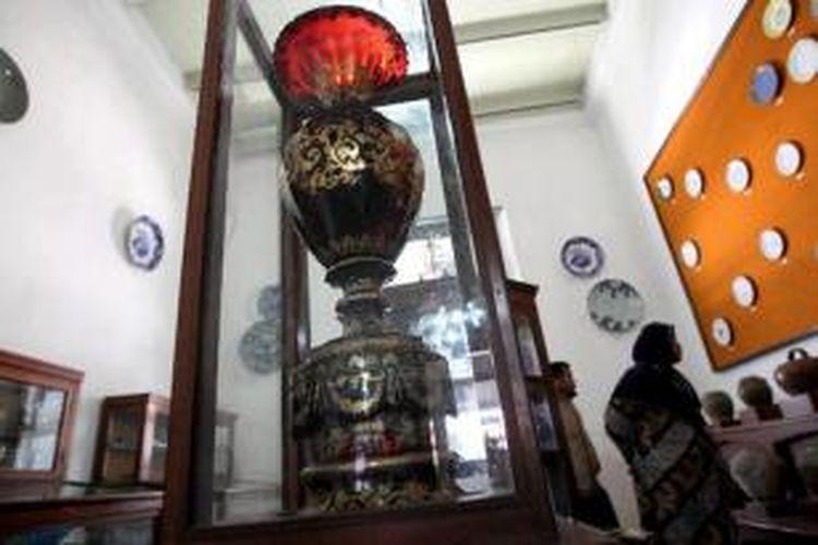 Pengunjung mengamati benda-benda koleksi Museum Radya Pustaka di Kota Solo, Jawa Tengah, termasuk piala porselin hadiah dari Napoleon Bonaparte kepada Susuhanan Pakubuwono IV (depan), Rabu (24/8/2011). Museum yang didirikan oleh KRA Sosrodiningrat IV pada tahun 1890 ini banyak mengoleksi peninggalan-peninggalan milik keraton.