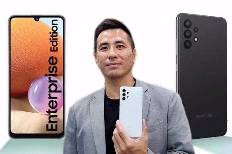 IT & Mobile B2B Business Senior Manager SEIN Lukman Basuki sedang menggenggam satu buah unit Samsung Galaxy A32 Enterprise Edition.