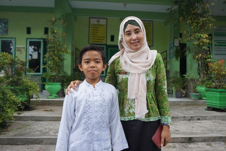 Fathul Syafiq Hajunngrat, siswa kelas IV SD yang menjadi salah satu pelatih karate termuda di Jawa Timur, bersama Lina Kamalin, Kepala Sekolah SDN 3 Panderejo Banyuwangi.