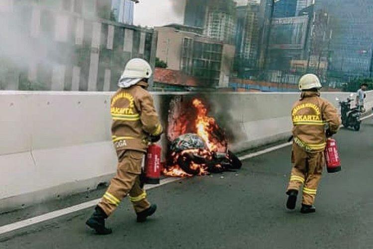 Vespa terbakar di JLNT Casablanca.