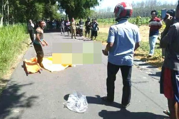 Petugas bersama warga melakukan evakuasi terhadap ketiga korban tewas, Selasa (12/5/2020).