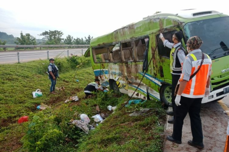 Proses evakuasi kendaraan yang mengalami kecelakaan di tol Cipali kilometer 107.800 arah menuju Jakarta, Senin (11/1/2021).