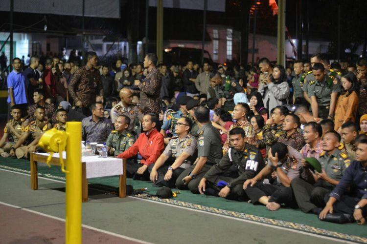 Presiden Joko Widodo nonton bareng film G 30 S PKI bersama ratusan warga Bogor, di Makorem Bogor, Jumat (29/9/2017).