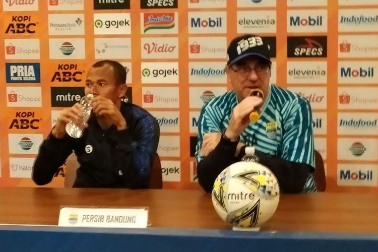 Pelatih Persib Bandung, Robert Rene Alberts (kanan), bersama kapten Persib, Supardi Nasir (kiri) dalam jumpa pers sebelum laga melawan Barito Putera, Sabtu (23/11/2019).