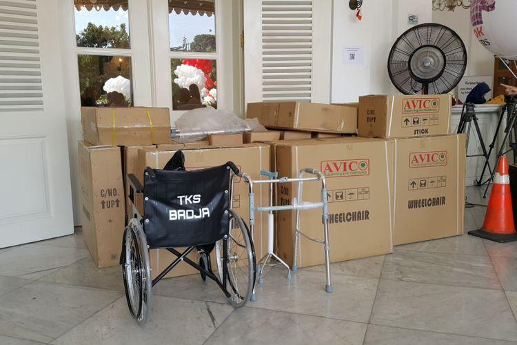 Kursi roda dan alat bantu jalan yang dikirimkan pendukung Gubernur DKI Jakarta Basuki Tjahaja Purnama (Ahok) dan Wakil Gubernur DKI Jakarta Djarot Saiful Hidayat ke Balai Kota DKI Jakarta, Senin (8/5/2017).
