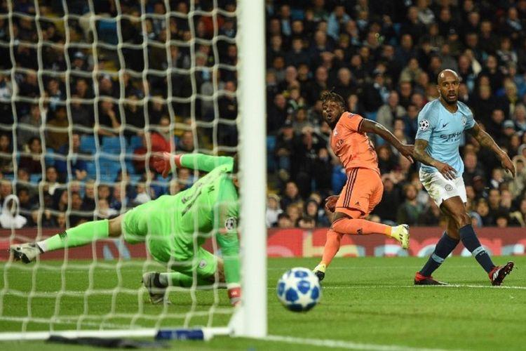 Memanfaatkan kesalahan Fabian Delph, Maxwell Cornet mencetak gol ke gawang Ederson pada pertandingan Man City vs Lyon di Stadion Etihad dalam matchday 1 Liga Champions, 19 September 2018.
