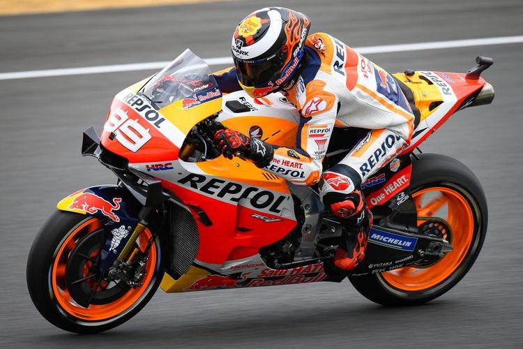 Jorge Lorenzo lebih nyaman menggunakan jok standar dari Honda.
