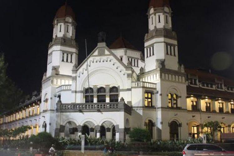 Gedung Lawang Sewu di Semarang, Jawa Tengah, yang dihiasi lampu-lampu terlihat megah saat malam hari.