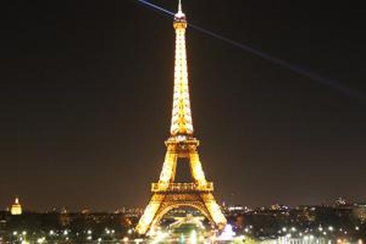 Menara Eiffel di waktu malam dilihat dari Place de Concorde.