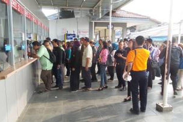 Antrean calon penumpang KRL Commuter Line di depan loket Stasiun Depok pada hari pertama pemberlakuan sistem tarif berdasarkan jarak, Rabu (1/4/2015)