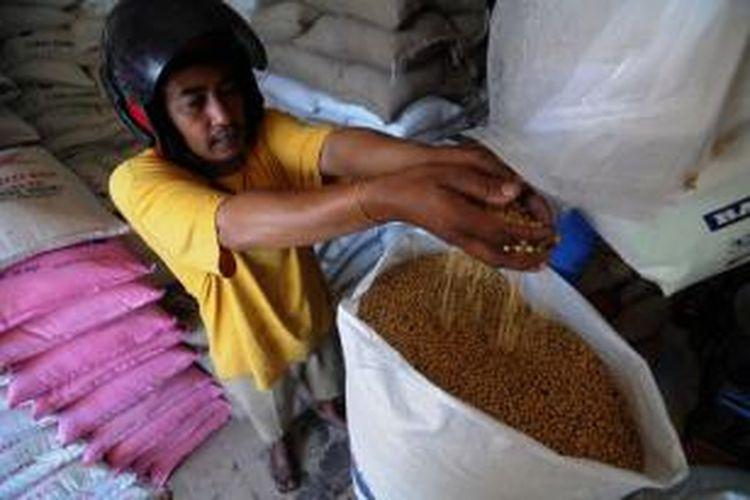 Kedelai Impor menjadi memonopoli pasaran karena kedelai lokal menghilang. Harga kedelai impor di Pamekasan sampai Selasa (27/8/2013) mencapai Rp. 9.000 per kilo.