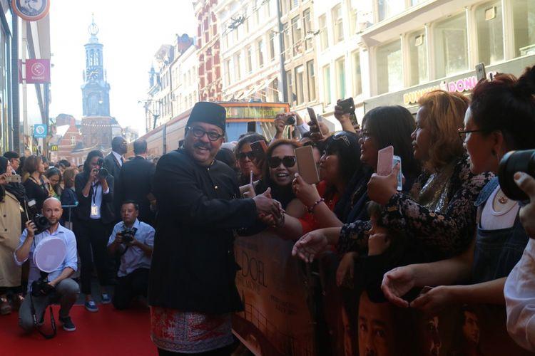 Rano Karno diabadikan saat menyapa para penggemar Si Doel, menjelang gala premiere Si Doel The Movie di Pathe Tuschinski, Amsterdam, Belanda.