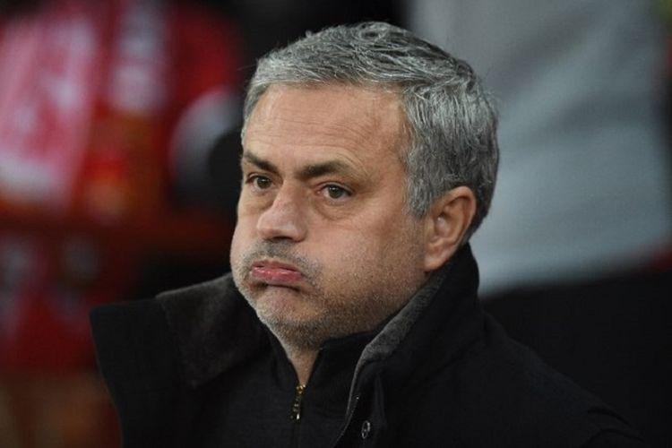Ekspresi Jose Mourinho saat memerhatikan pertandingan Manchester United vs Brighton & Hove Albion pada perempat final Piala FA di Stadion Old Trafford, Sabtu (17/3/2018).