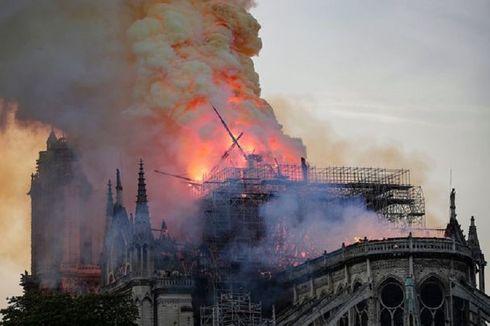 Beginilah Detik-detik Puncak Menara Gereja Notre Dame Jatuh Saat Kebakaran