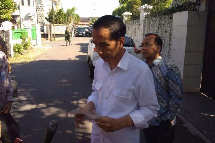 Presiden Joko Widodo menyampaikan pernyataan resmi terkait aksi teror di Jakarta di kediamannya di Solo, Kamis (25/5/2017).