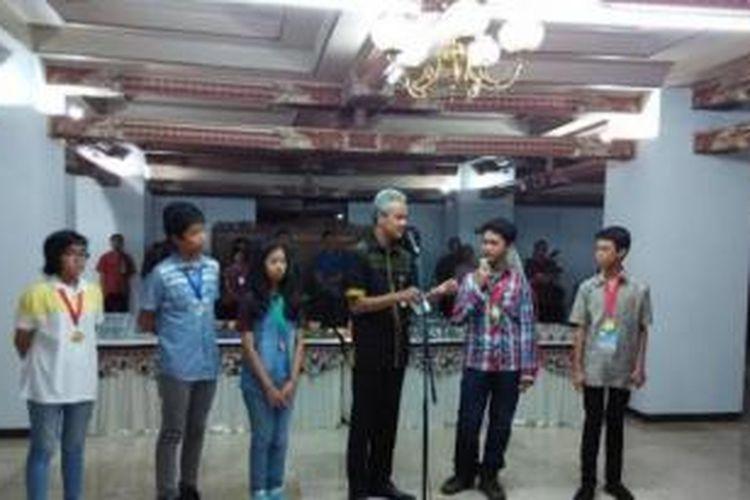 Gubernur Jawa Tengah Ganjar Pranowo menyambut lima pelajar SMP yang berprestasi dalam ajang the 6th ASEAN 3 Teacher Workshop & Student Science Camp, di Changwon City Korsel yang berlangsung 11-18 Januari 2015.