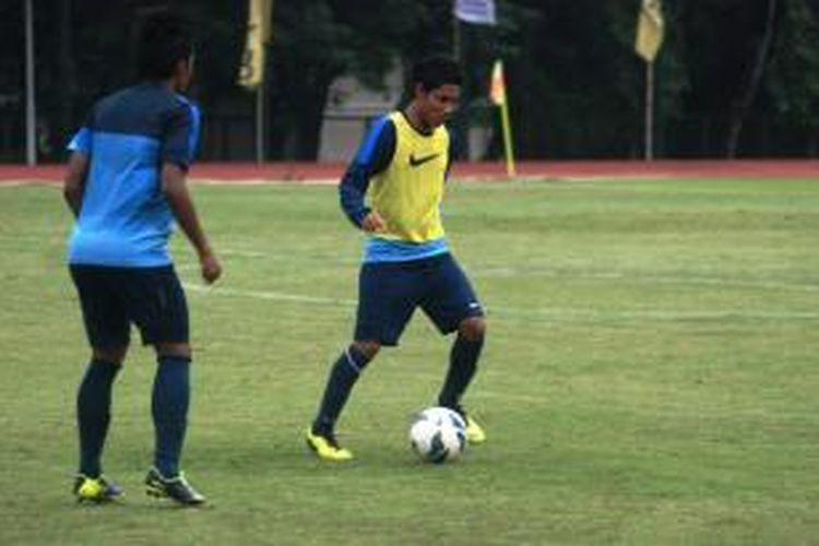 Kapten Timnas U-19, Evan Dimas, saat mengikuti sesi latihan terakhir hari Jumat (10/1/2014) sore.