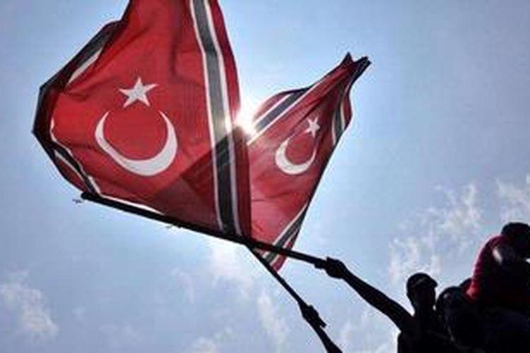 Ilustrasi: Warga pendukung Qanun Bendera dan Lambang Aceh membentangkan bendera di halaman gedung Dewan Perwakilan Rakyat Aceh, Banda Aceh, Aceh, Senin (1/4/2013). Mereka mendesak Pemerintah Pusat untuk tidak merevisi Qanun Bendera dan Lambang Aceh.