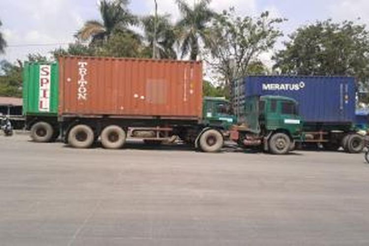 Ilustrasi: Beberapa kontainer parkir di Jalan RE Martadinata, Jakarta Utara, Senin (5/5/2014).