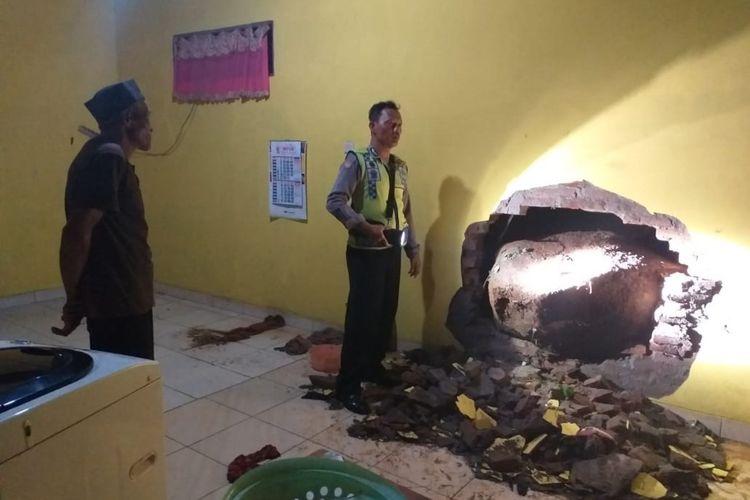 Longsor yang disebabkan hujan deras beberap hari terkahir membuat satu rumah warga di Ngawi mengalami kersuakan karena tertimpa batu berdiameter 1 meter.