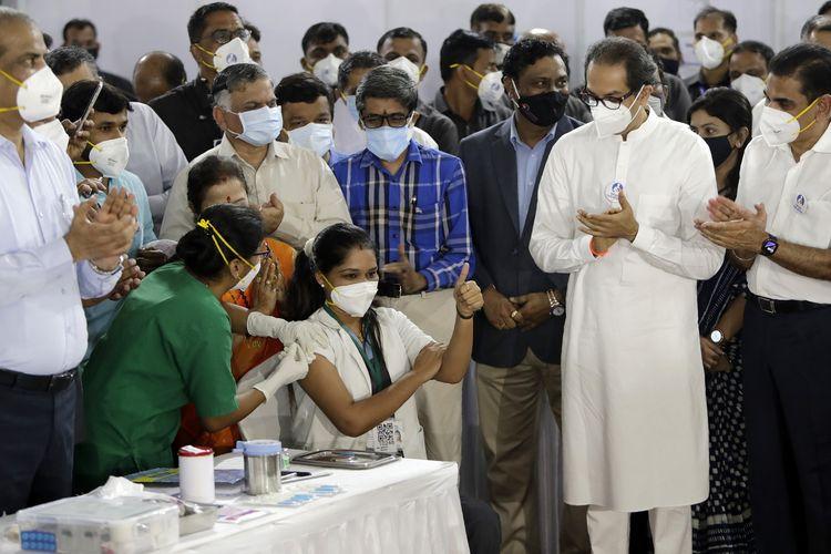 Petugas medis bernama Madhura Patil disuntik vaksin Covid-19 di Mumbai, India, pada Sabtu (16/1/2021). India memulai salah satu vaksinasi virus corona terbesar di dunia hari itu, karena negara tersebut berpenduduk 1,3 miliar orang.