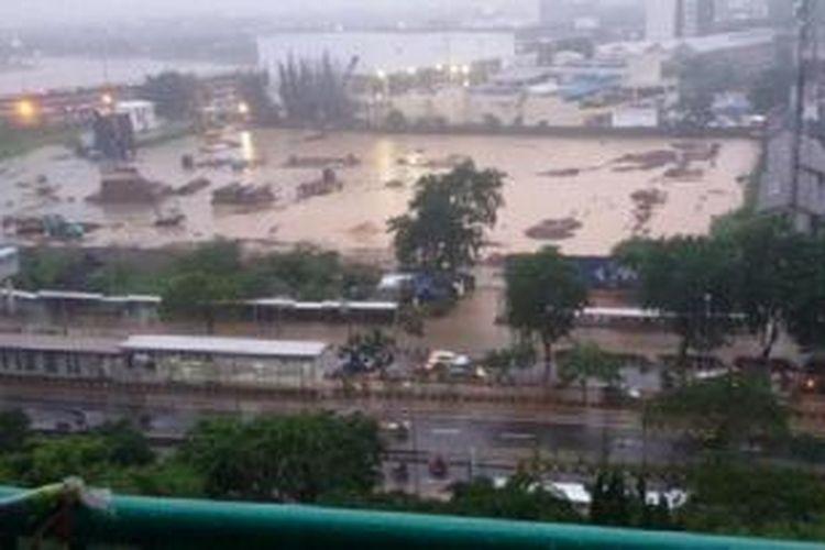 Akibat genangan banjir setinggi 30-40 cm di jalur lambat Jl. Letjen Suprapto, Jakpus, arus lalu lintas sementara dialihkan ke jalur cepat. Informasi dari pengguna Twitter citrahandayani diteruskan Twitter TMC Polda Metro Jaya.